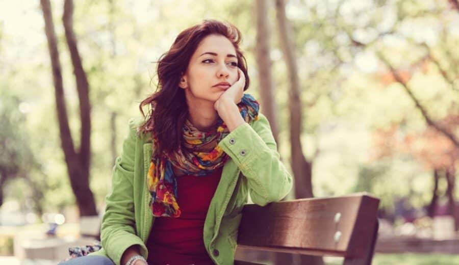 femme pensive au parc