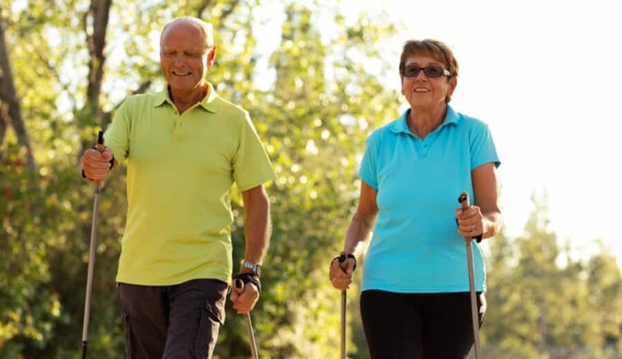 Senior und Seniorin Nordic Walking