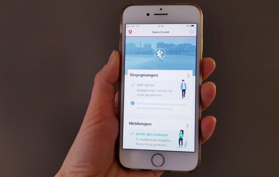 Mobiltelefon mit SwissCovid-App.