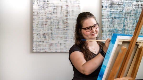 Sarah malt an ihrer Staffelei