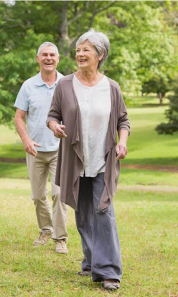 Couple âgé dans le parc