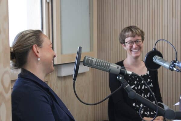 Susi Draeyer und Martina Roffler waehrend der Podcastaufnahme