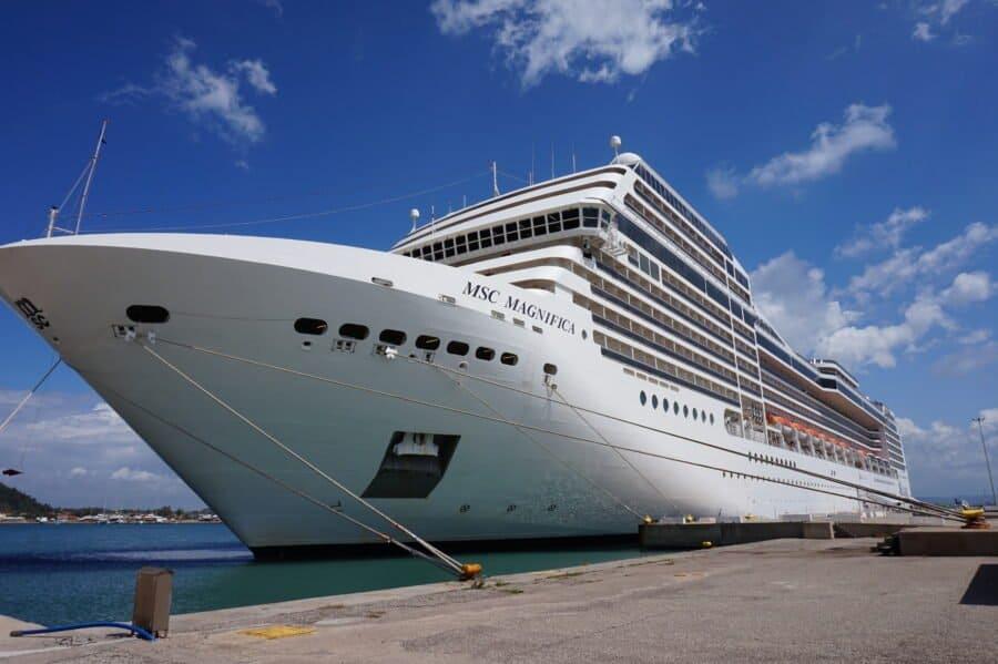 Kreuzfahrtschiff MSC Magnifica, angetaut in einem Hafen