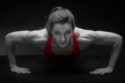 Ellen Sprunger, Siebenkämpferin macht Liegstütze für die Rheumaliga-Kampagne.