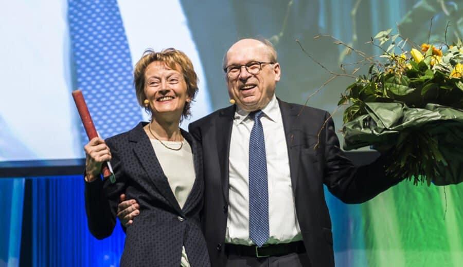 alt Bundesrätin Eveline Widmer-Schlumpf in Triumpfpose