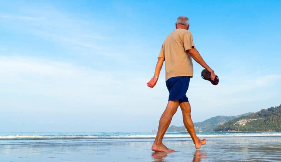 Mann spaziert am Strand