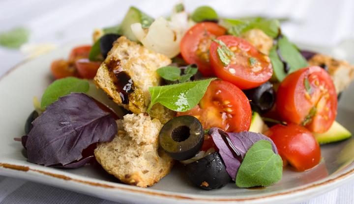 Tomatensalat mit Oliven und Brot