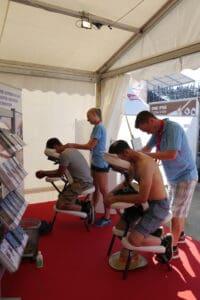 Die Besucherinnen und Besucher geniessen die entspannenden Schultermassagen.