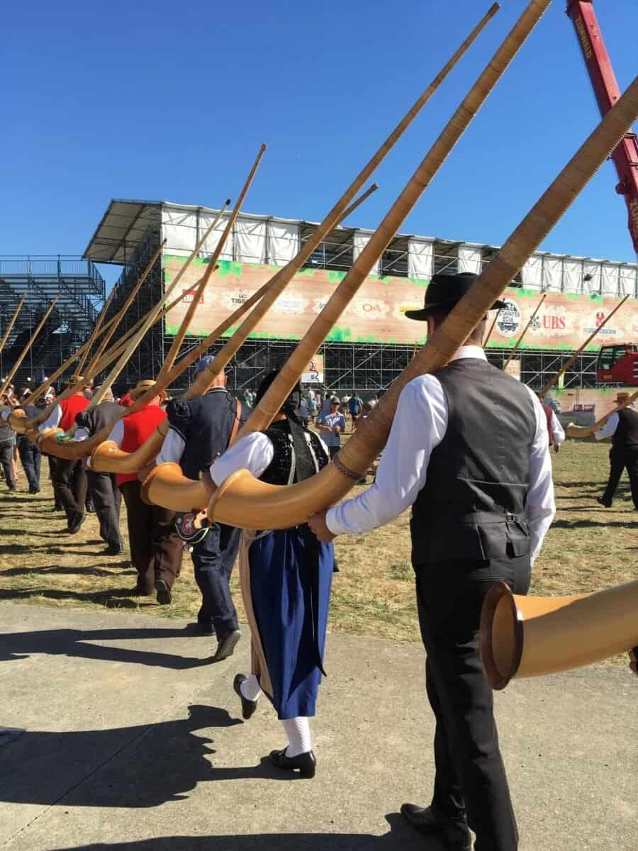 Les joueurs de cor des Alpes lors de l'entrée dans l'arène.