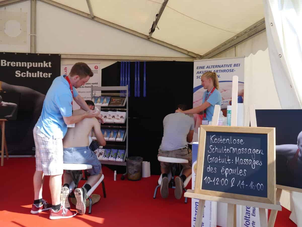 Les visiteuses et les visiteurs profitent d'un bon massage.