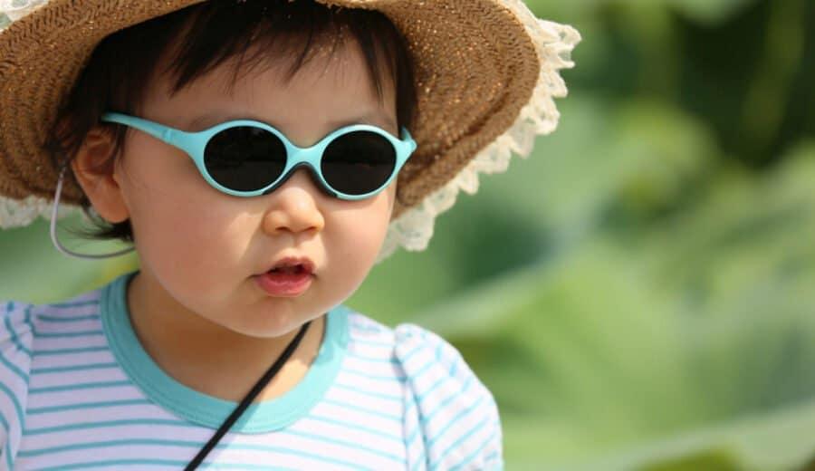 Kleines Mädchen mit Sonnenbrille