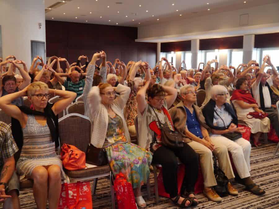 Publikum macht Schulterübungen an der Aktionswoche 2016