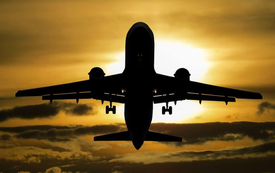 Startendes Flugzeug im Sonnenuntergang