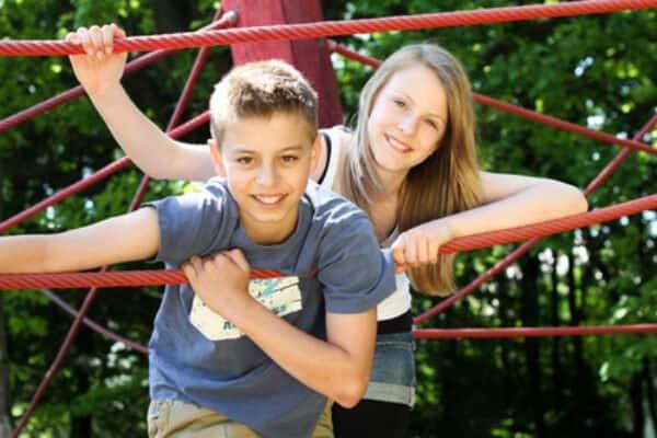 Ragazzo e ragazza, arrampicata