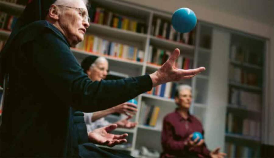 Betagte Klosterfrau, mit der Hand einen Ball aufwerfend