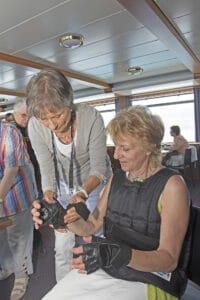 Françoise Crot fait essayer le costume de simulation de handicap GERT